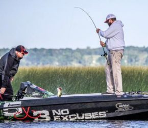 Dayton's Michael Neal flips one in the boat on Lake Champlain, Day One (FLW Fishing)